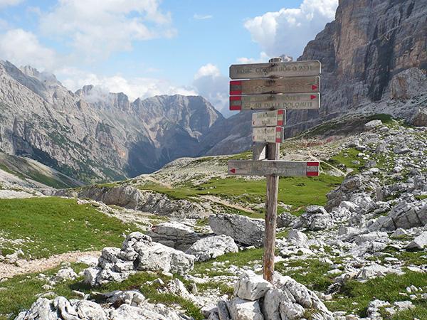 Wegweiser können abbrechen, Markierungen zuwachsen - nicht nur in so spektakulärem Gelände sollten Sie eine Karte dabei haben (und sie lesen können).
