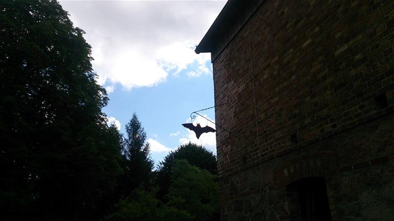 Bietet nicht nur Fledermäusen, sondern auch tropfnassen Wanderinnen ein Dach über dem Kopf: das Fledermausmuseum auf dem Julianenhof bei Buckow