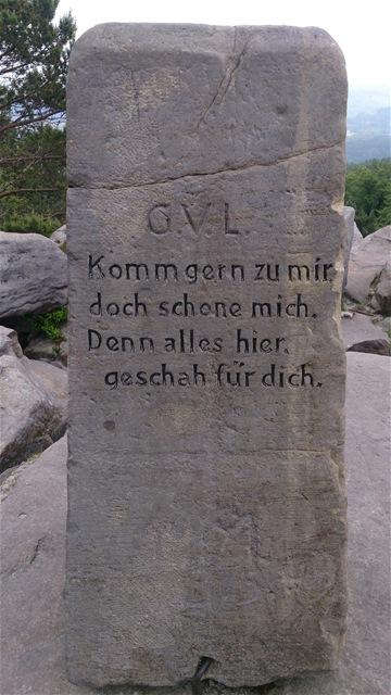 Inschrift auf einem Stein